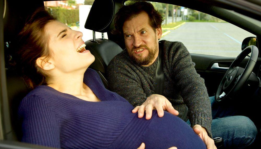 ¿Cómo debe actuar la familia ante un parto de urgencia?