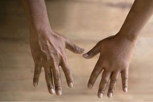¿Por qué se me hinchan los dedos de las manos?