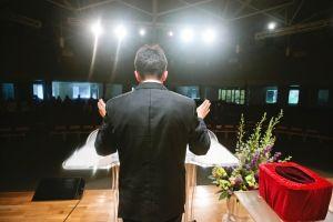 VIDEO: Feligreses furiosos intentan entrar en iglesia de supuesto pastor pedófilo a la fuerza en North Carolina