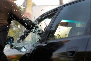 Encuentra el auto de su prometido afuera de un hotel y decide destruirlo