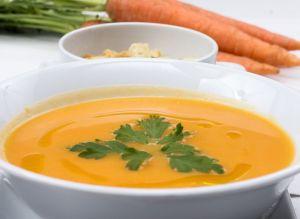 ¿Te sientes débil e inflamado? Prueba esta reconfortante sopa de zanahoria, jengibre y cúrcuma