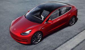 Este video muestra a un Tesla Model 3 avanzar casi sumergido en el agua