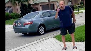 Empleado de USCIS protagoniza un incidente con carga racial que quedó captado en video