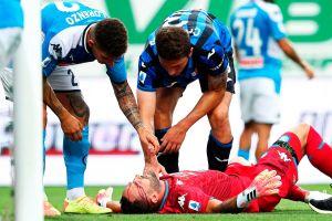 Choque brutal: David Ospina sale en camilla con corte en la frente en el Atalanta vs. Napoli