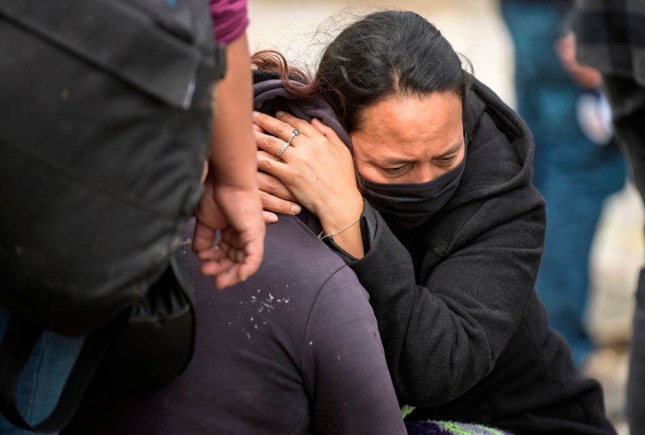 Mujer llora porque huracán Hanna arrancó árbol de nogal de más de 100 años