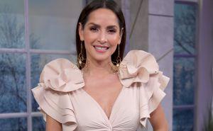 Carmen Villalobos realiza un sensual baile en ceñidos jeans rosas