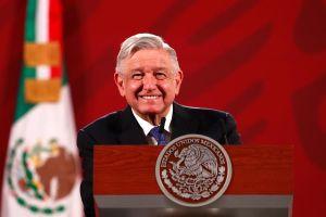 """La foto de la que habla todo México: AMLO y el """"Komander"""", cantante de narcocorridos"""
