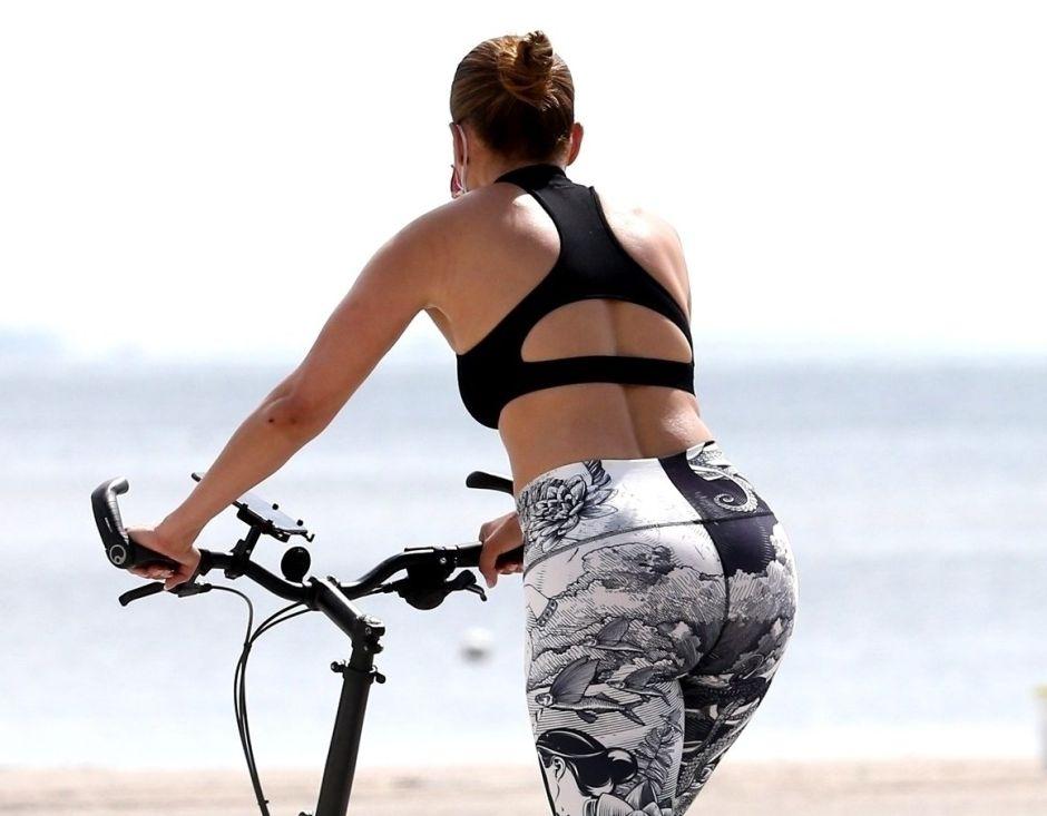 Jennifer Lopez paralizó corazones en ceñidos leggins y una bicicleta poco convencional