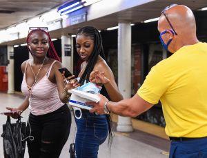 'Ejército de voluntarios' distribuirá 3 millones de máscaras en el Subway de NYC