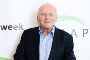 Anthony Hopkins conquista las redes bailando merengue
