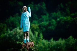 Prenden fuego a estatua de Melania Trump que desató crueles burlas cuando se colocó