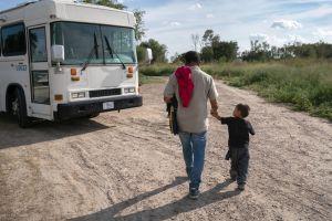 Abogada denuncia que se están llevando a niños inmigrantes de hotel en Texas