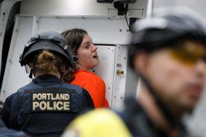 Video: Denuncian brutalidad de agentes federales contra manifestantes en Portland. DHS se defiende