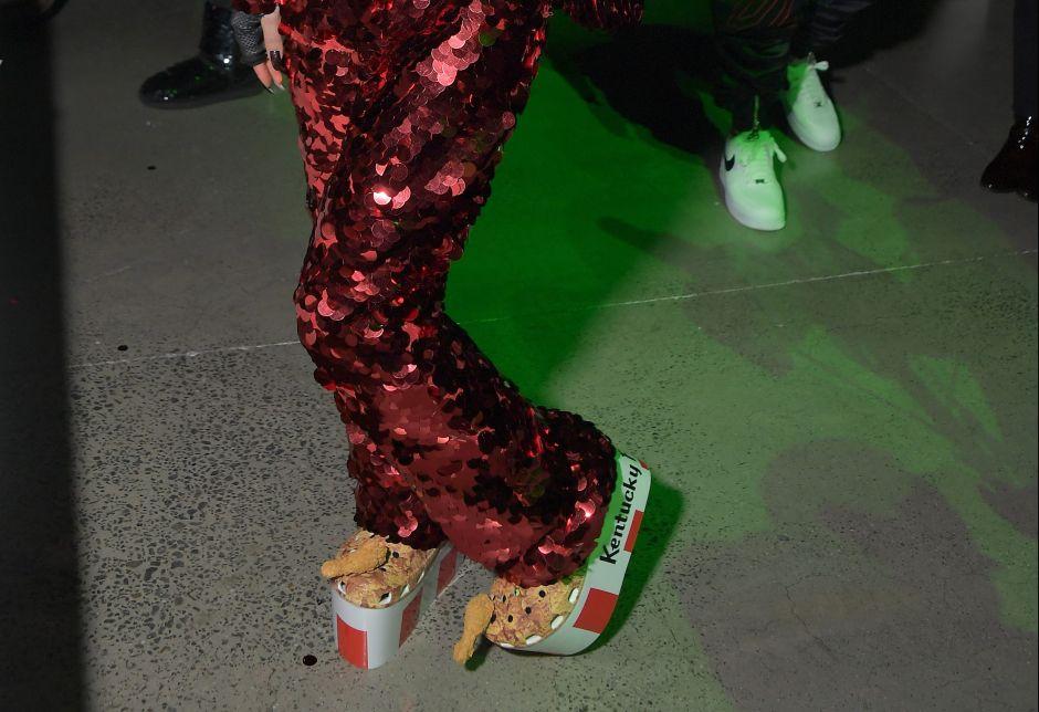Crocs relanza un par de zapatos de KFC que huelen a pollo frito y se agotan media hora después