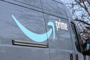 """""""Ya es suficiente"""", las palabras de un conductor de Amazon que renunció a su trabajo en Twitter y abandonó su camioneta en una gasolinera llena de paquetes"""