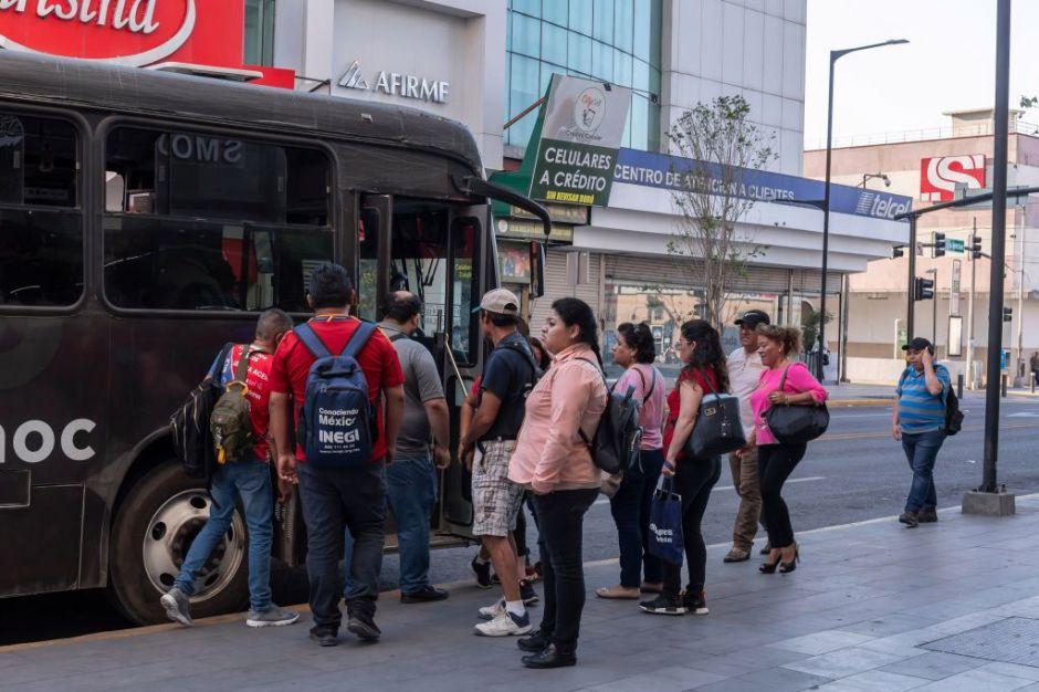 VIDEO: Captan momento en que pasajero roba el celular de conductor de transporte público