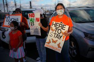"""Advierten a """"soñadores"""" del riesgo de salir de EE.UU. y sufrir 10 años de destierro como en el caso de dos jóvenes de origen mexicano"""