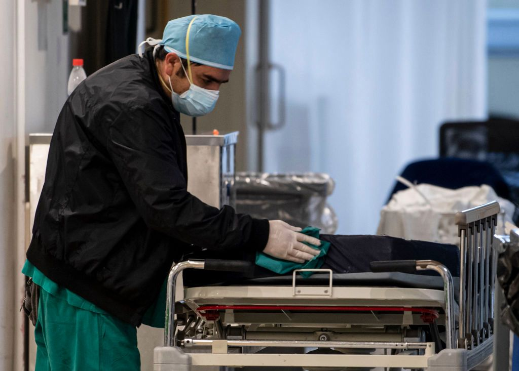 Médico enfermo se levanta de su camilla para salvar a paciente con lesión grave