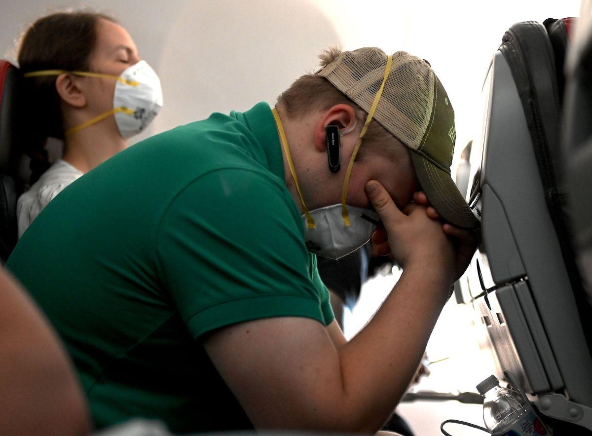 """United Airlines admite que bloquear el asiento de en medio en los vuelos """"es solo una estrategia"""" para hacer sentir a los clientes más seguros"""