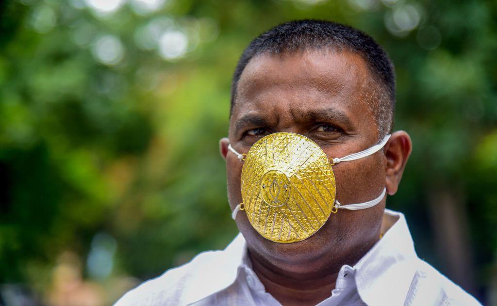 Causa indignación empresario indio que se mandó a hacer una mascarilla de oro