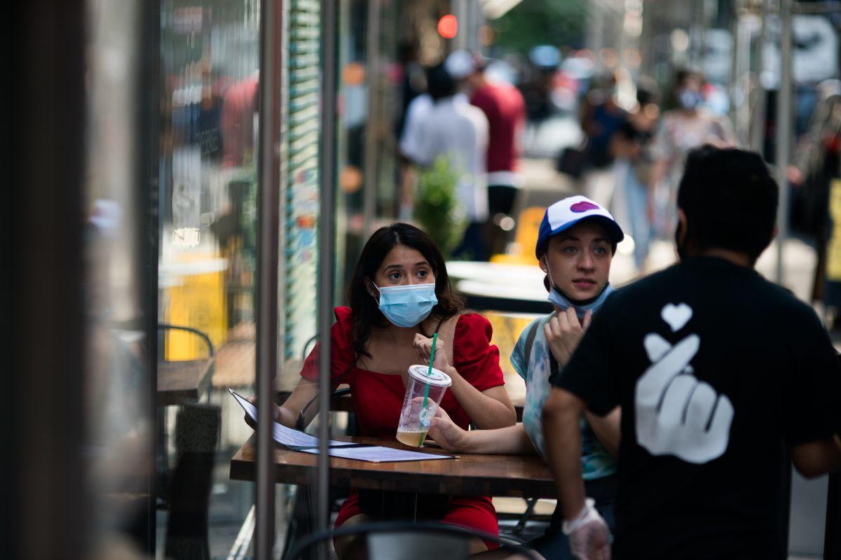 Comer en restaurantes es una de las actividades más riesgosas durante la pandemia, advierten los CDC