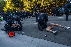 Video muestra brutal golpiza entre policías y manifestantes que dejó 7 heridos y 4 detenidos en DTLA