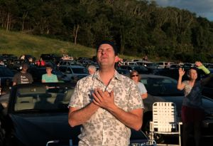 Masivo concierto cristiano sin mascarillas en Redding, California molesta a autoridades