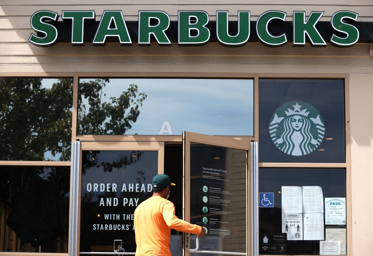 Una mujer de California que se negó a usar una mascarilla, está pidiendo la mitad de $100,000 dólares que fueron recaudados para un barista de Starbucks