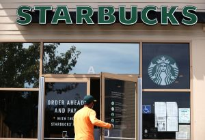 Simpatizante de Trump insulta a barista de Starbucks que le pidió usar mascarilla