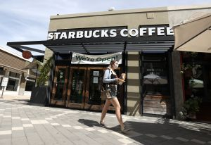 Starbucks solicitará a sus clientes usar mascarillas a partir de 15 de julio dentro de sus cafés