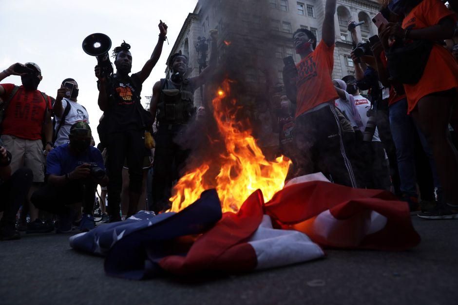 Banderas de Estados Unidos quemadas en protestas del 4 de julio