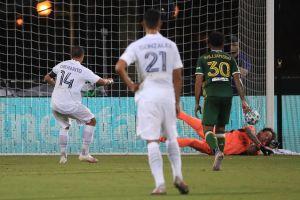 Javier 'Chicharito' Hernández falla un penalti pero se estrena como goleador en la MLS