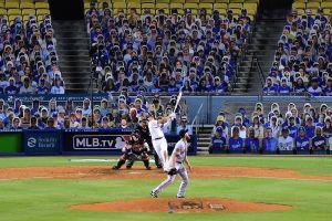 """Ante sus """"fans"""" de cartón, Dodgers vencieron a Gigantes con debut de Betts y tremenda noche de Hernández"""
