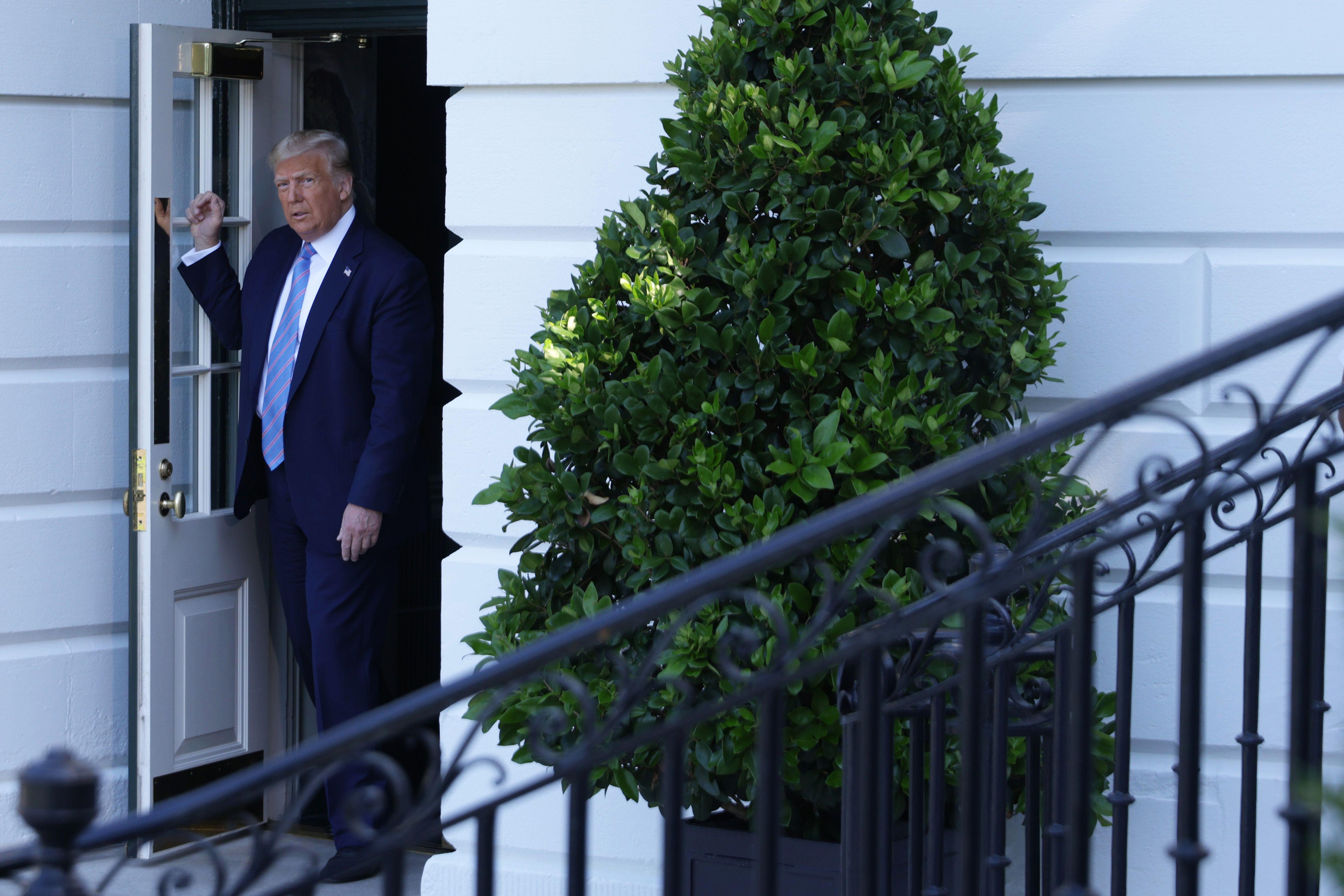 Líderes republicanos en el Congreso rechazan sugerencia de Trump de retrasar elecciones