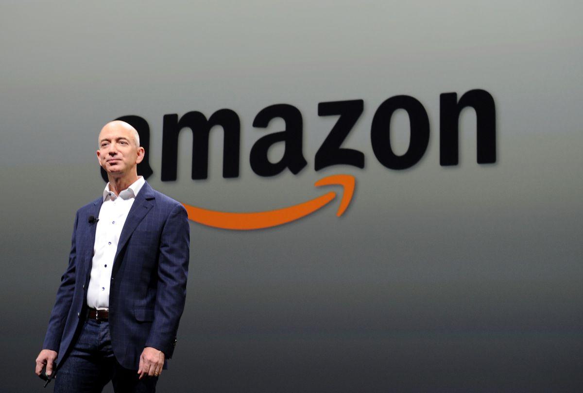 Trabajadores de Amazon van a mansión de Jeff Bezos a pedir aumento de sueldo