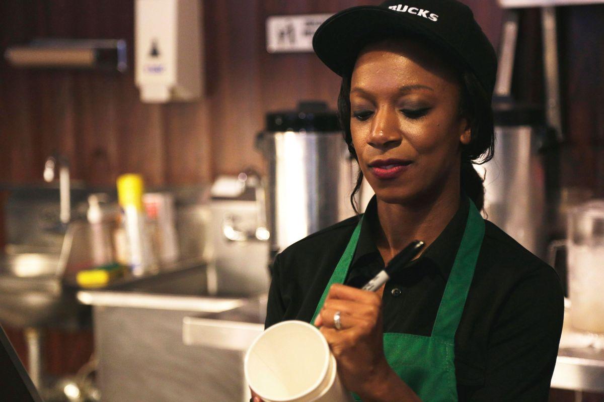 CEO de Starbucks tiene una fortuna de $4,900 millones, mientras el empleado promedio gana $11.20 la hora