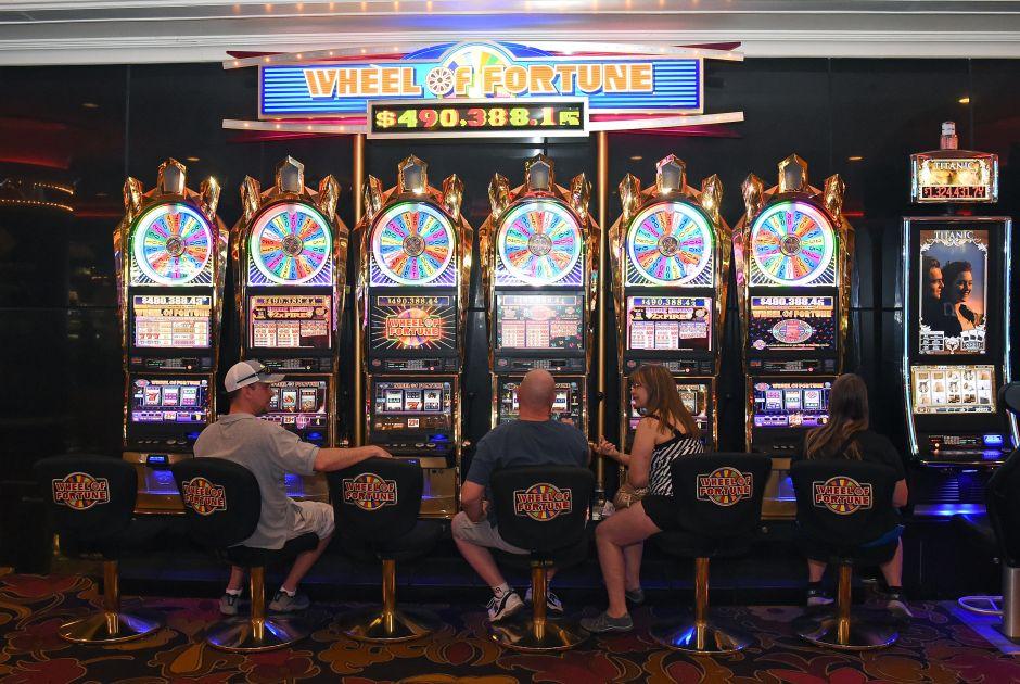 Un mujer de California gana un premio de $873 mil dólares en una máquina tragamonedas del aeropuerto de Las Vegas