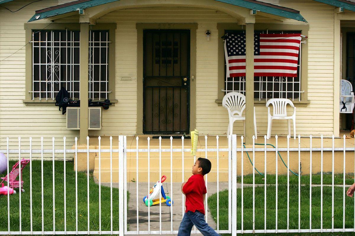 Por qué los estadounidenses blancos recibieron los cheques de estímulo más rápido que los afroamericanos y latinos