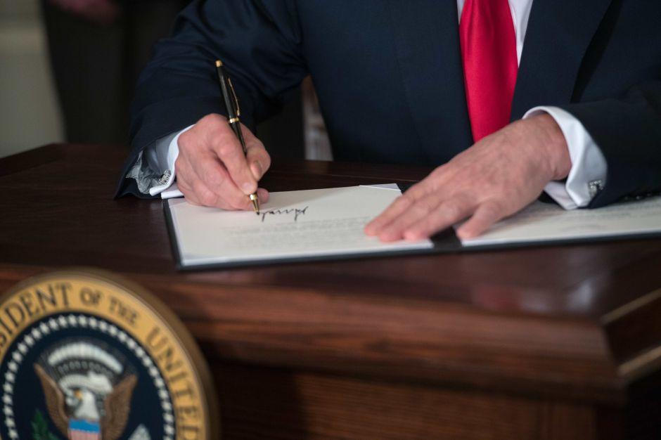 ¿Las cuatro nuevas órdenes ejecutivas de Trump benefician a hispanos?