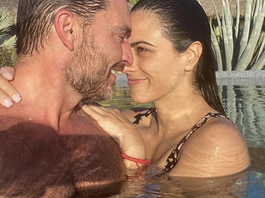 Julián Gil recibe una sorpresa de parte de su novia Valeria Marín al salir del hospital