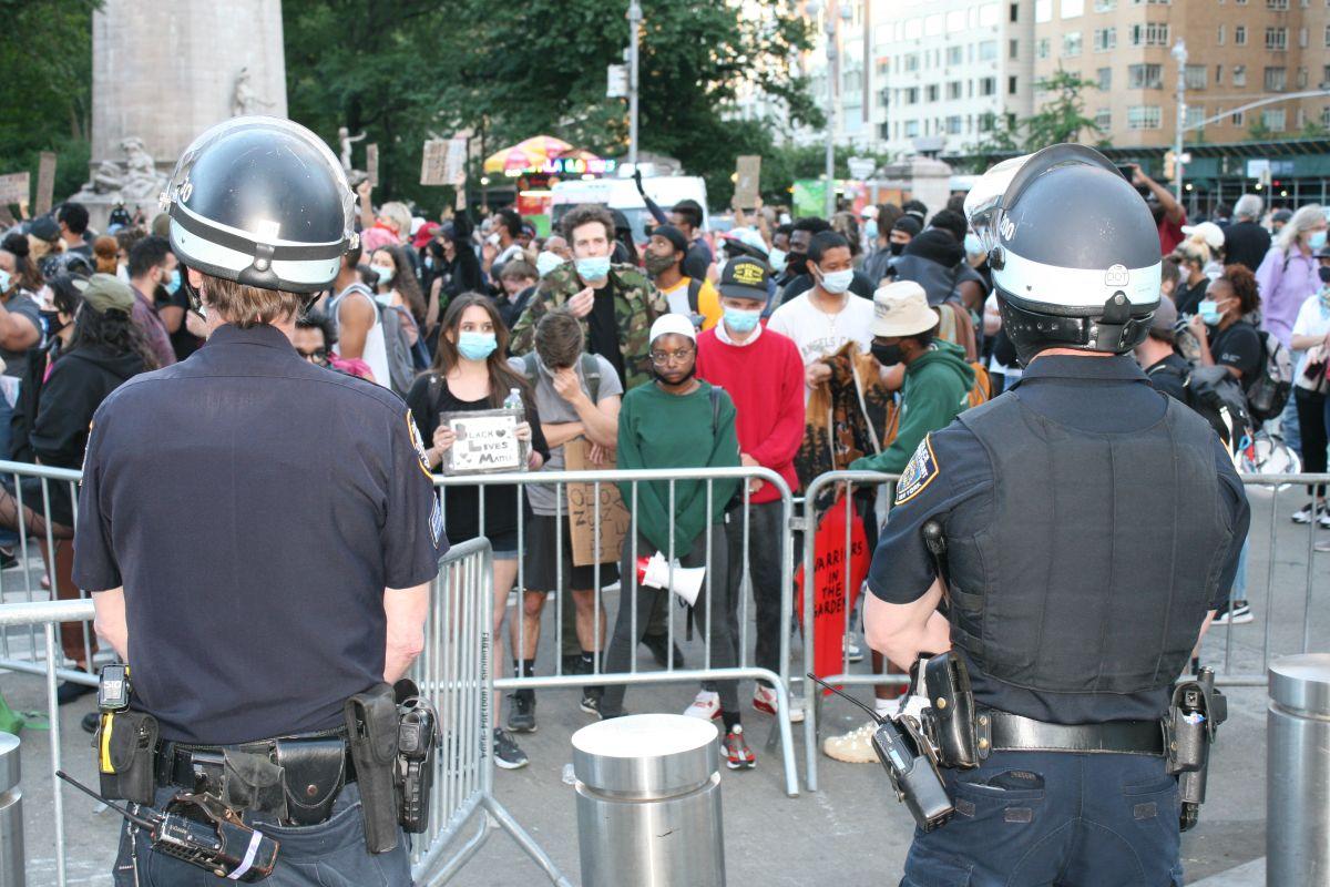 De Blasio firma paquete de leyes contra la brutalidad policial en medio de alza de la violencia en NYC