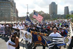 Marcha contra balaceras termina con arrestos de miembros de 'Black Lives Matter' y policías heridos