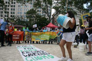 Trabajadores inmigrantes de NY ahogados en deudas centran sus esperanzas en ley estatal de impuesto a los más ricos