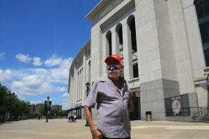 Partidos sin fans en el Yankee Stadium dan 'batazo mortal' a economía de familias hispanas en El Bronx