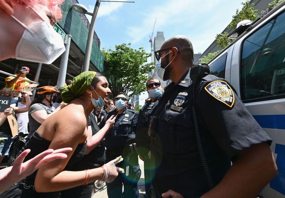 Video: Violento arresto de jovencita echa leña al fuego a polémica sobre brutalidad policial en NYC