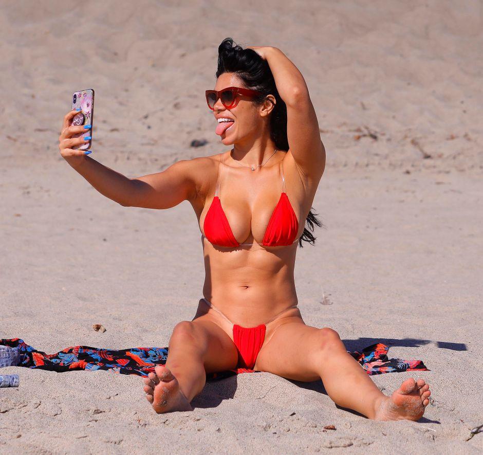 Brutales fotos de Suelyn Medeiros en Malibu: una tanga roja que no pudo contener sus curvas