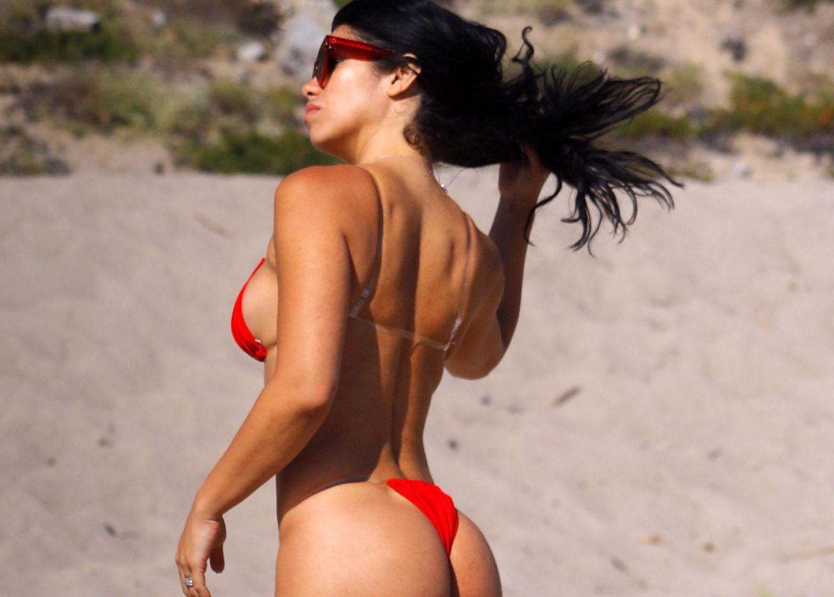 Suelyn Medeiros vuelve a poner a temblar a Instagram con tanga en la piscina