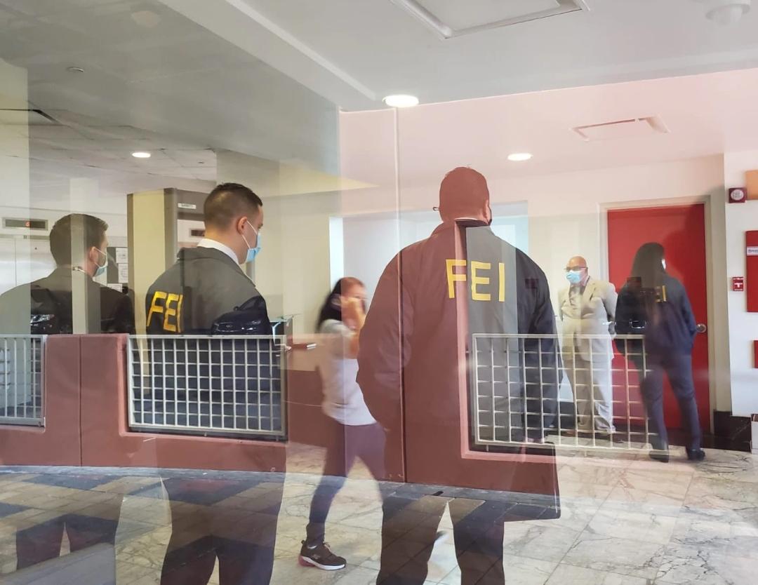 Agentes y fiscales llegan al Departamento de Justicia en Puerto Rico por evidencia contra gobernadora Wanda Vázquez