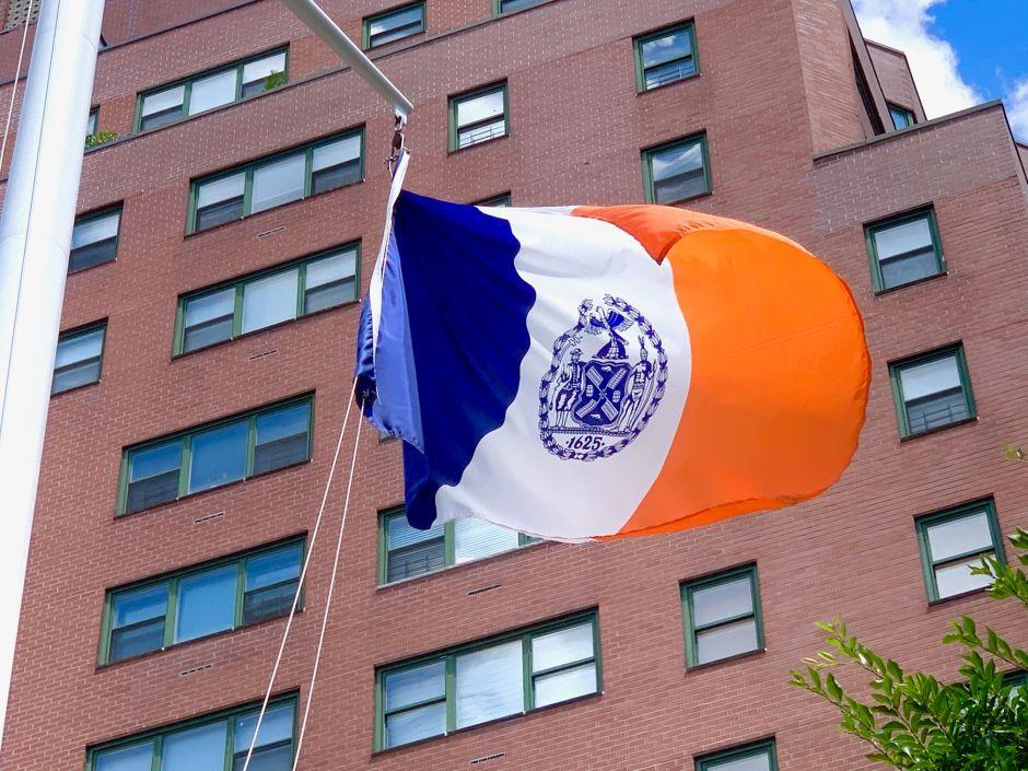 Analizarán cambiar el escudo de la ciudad de Nueva York que muestra a un nativo americano