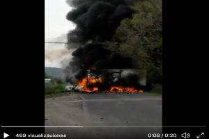 VIDEO: Narcos prenden fuego a un camión, bloquean camino para evitar que soldados pasen
